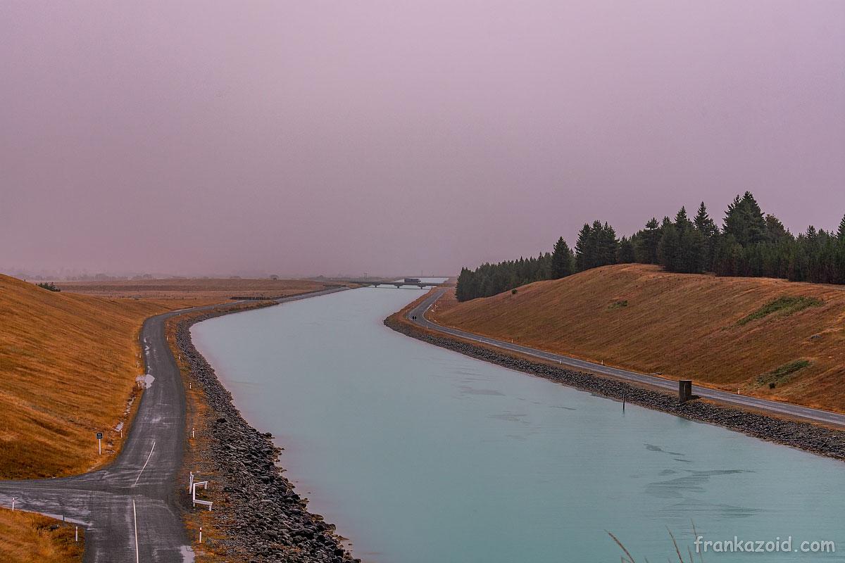 Канал Пукаки в облачную погоду выглядит безрадостно